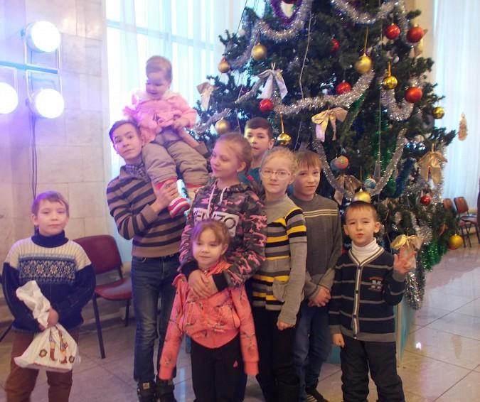 Воспитанники детского дома побывали на Епархиальной ёлке фото 3