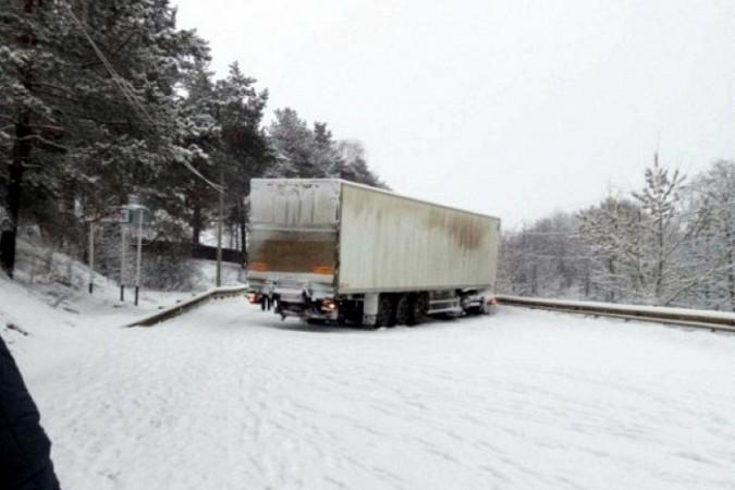 Снегопад парализовал движение на выезде из Кинешмы в Нижний Новгород фото 7