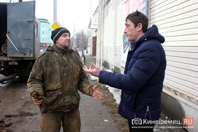 Мастер участка водных сетей Денис Сычев руководит бригадой ремонтников