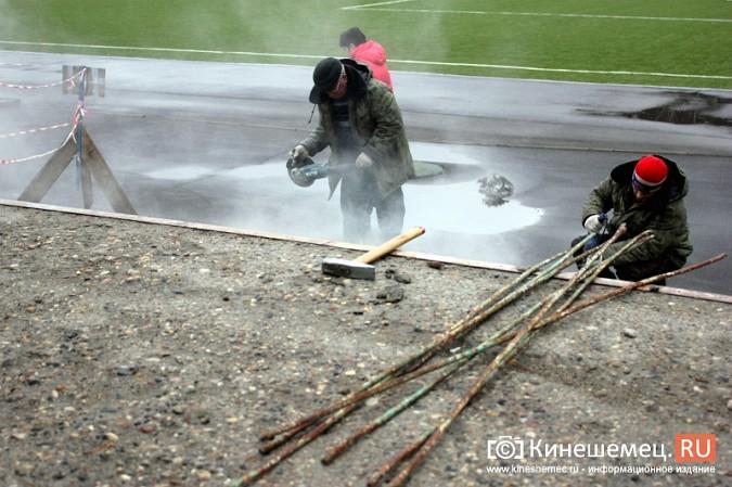 На стадионе «Волжанин» в Кинешме рушится лестница и рвется баннер фото 4