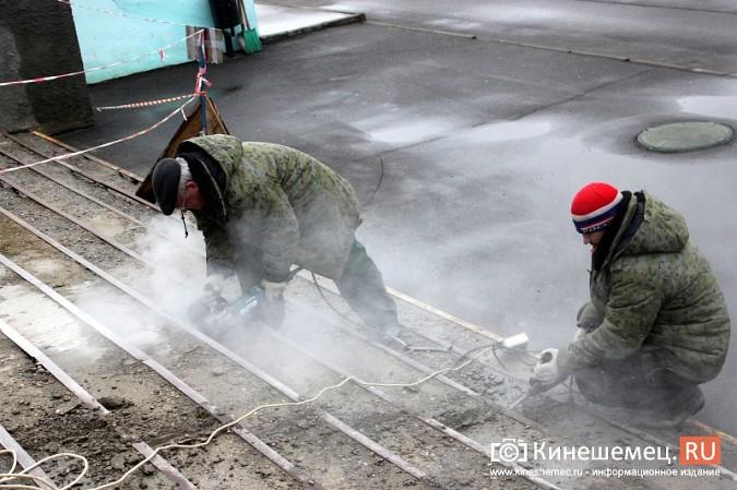 На стадионе «Волжанин» в Кинешме рушится лестница и рвется баннер фото 3