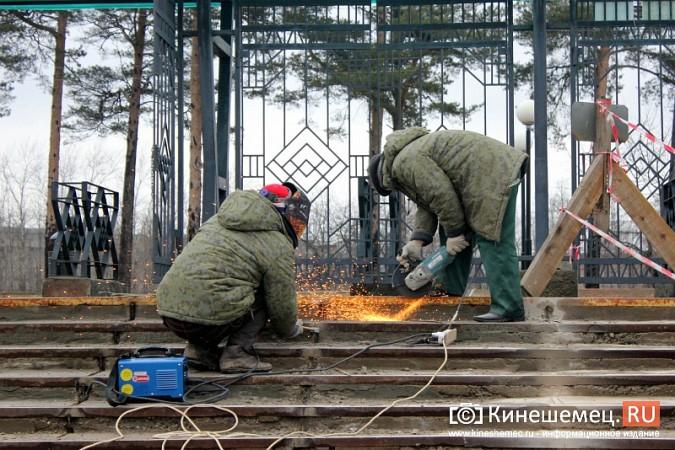 На стадионе «Волжанин» в Кинешме рушится лестница и рвется баннер фото 7