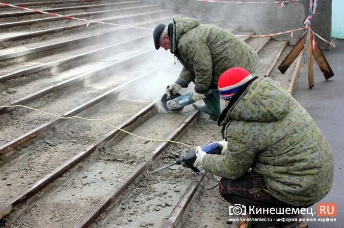 На стадионе «Волжанин» в Кинешме рушится лестница и рвется баннер фото 5