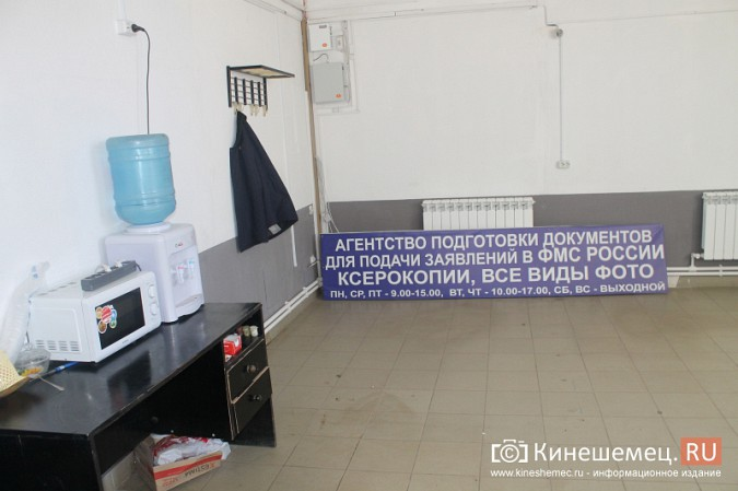 В центре Кинешмы полицейские «накрыли» пункт легализации мигрантов фото 8