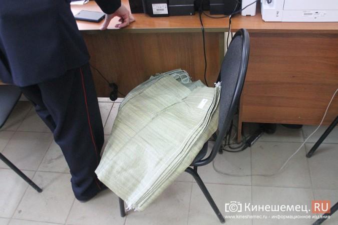 В центре Кинешмы полицейские «накрыли» пункт легализации мигрантов фото 9